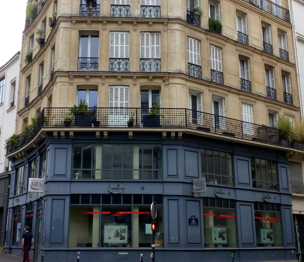 The LCL bank in Place Pigalle Montmartre used to be the Rat Mort (Dead Rat) café. It was one of two artistic cafés on Place Pigalle, the other being the Nouvelle Athènes (New Athens) café.